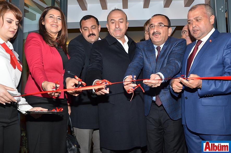 Kurdele kesimi Bakan Çavuşoğlu ve diğer protokol üyeleri tarafından gerçekleştirildi