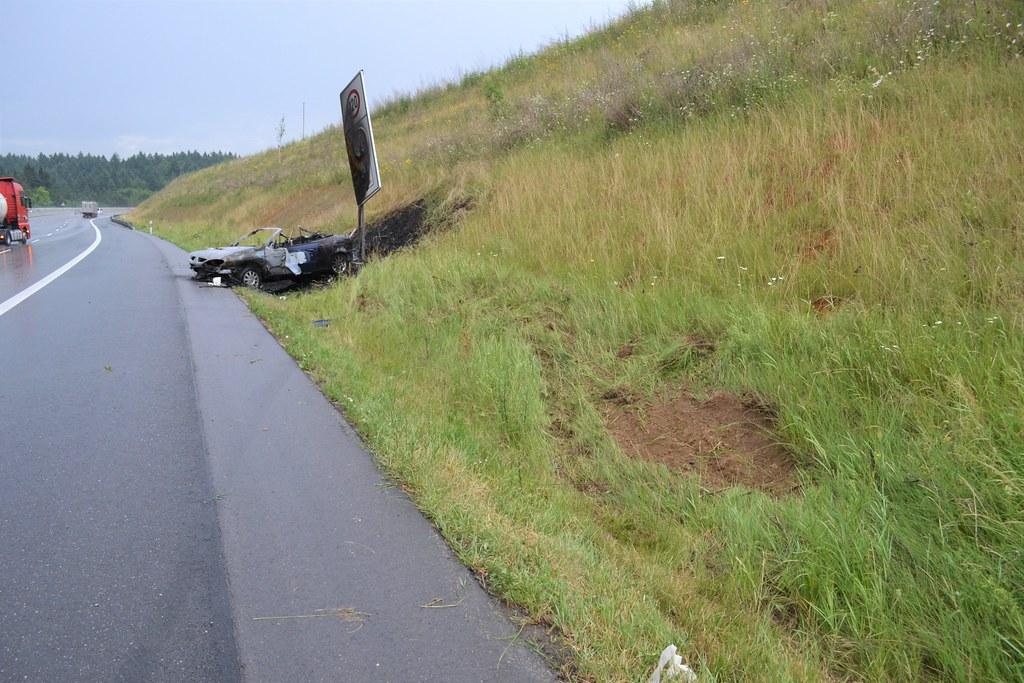 A8 bei Karlsbad: Cabrio nach Unfall ausgebrannt - 15.06.2017