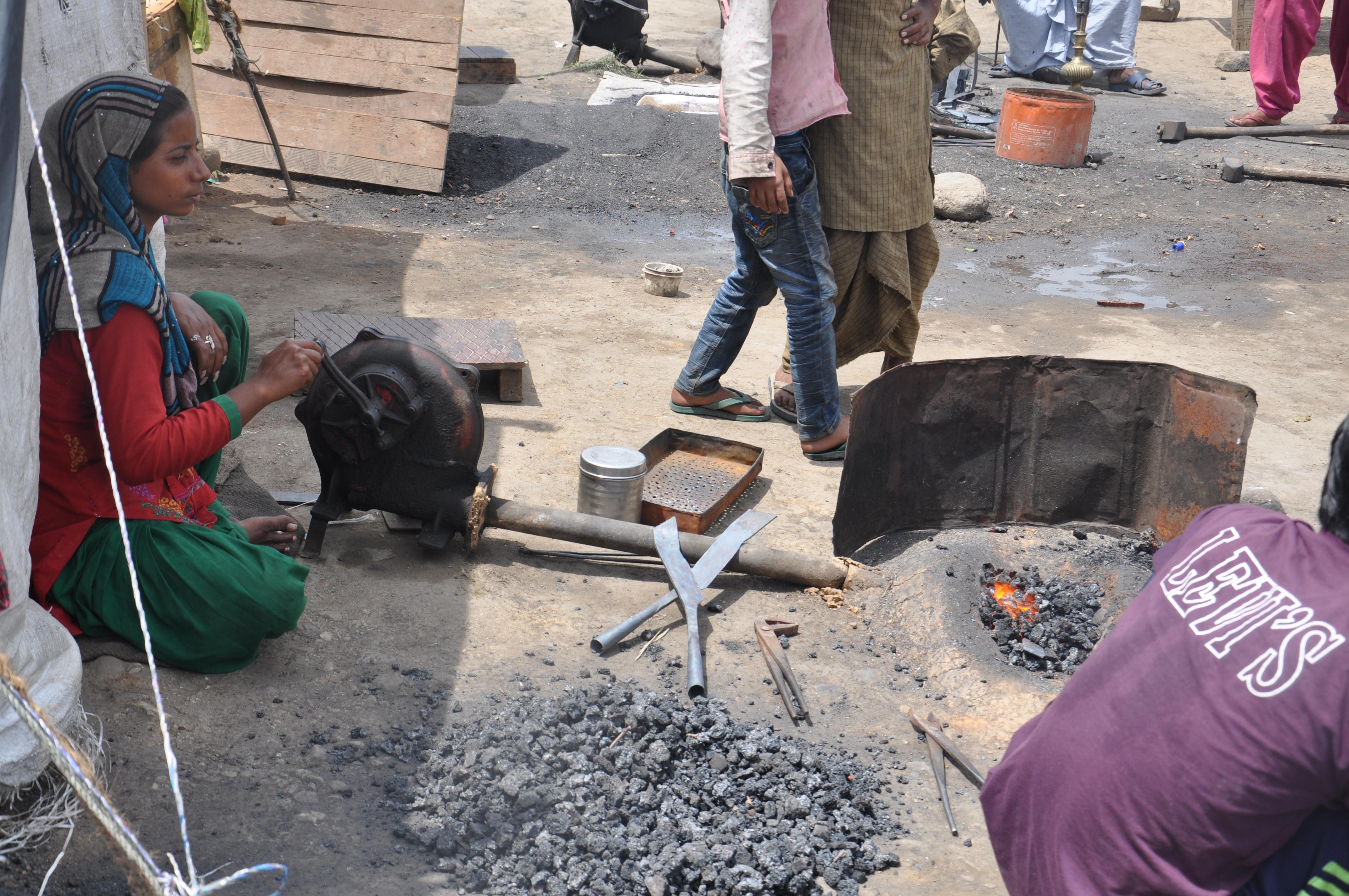 लोहे को पिघलाकर आकार बदलने के लिए निरंतर पंखे के सहारे कोयले को जलाने की आस में अत्यधिक समय बिताती हैं संगीता