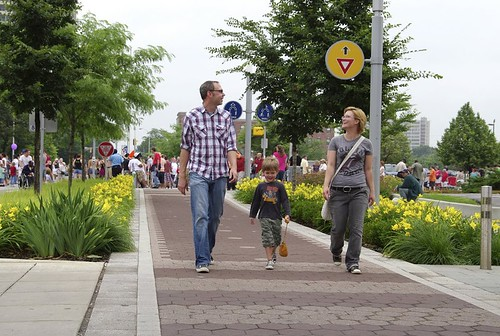 Indianapolis Cultural Trail, pedestrians and flowers