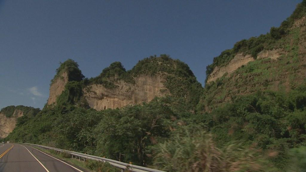 911-2-1 高雄市往山區走進入六龜,映入眼簾的是道路右側的荖濃溪和左側的十八羅漢山。