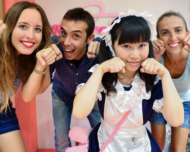 Posando con una de las camareras del MaiDreamin en Tokio