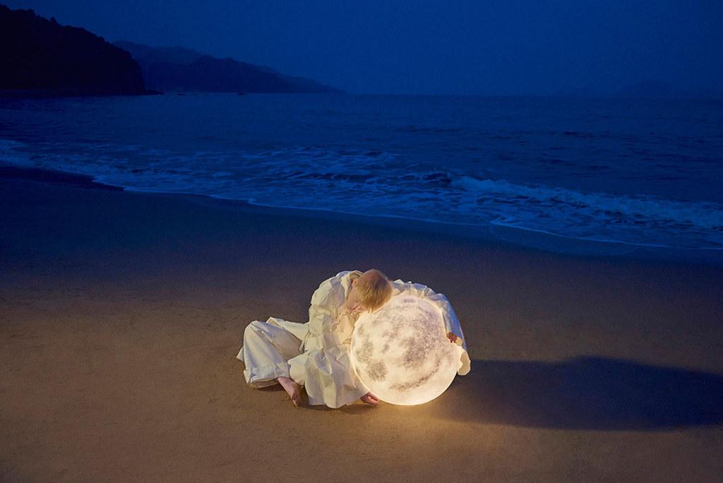 Full moon lamp for Acorn Studio's Luna lamp by Hong Kong fashion photographer Leungmo Sundeno_06