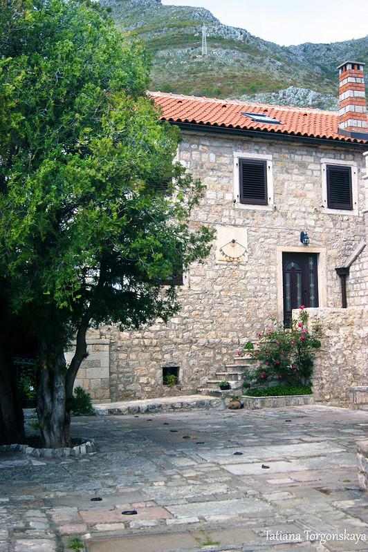 Одно из монастырских зданий