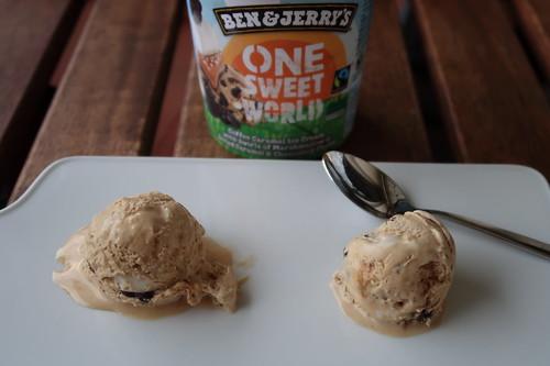 One Sweet World (= Karamell-Kaffee-Eiscreme mit Marshmallowsauce, gesalzener Karamellsauce und kakaohaltigen Bites) von Ben & Jerry´s