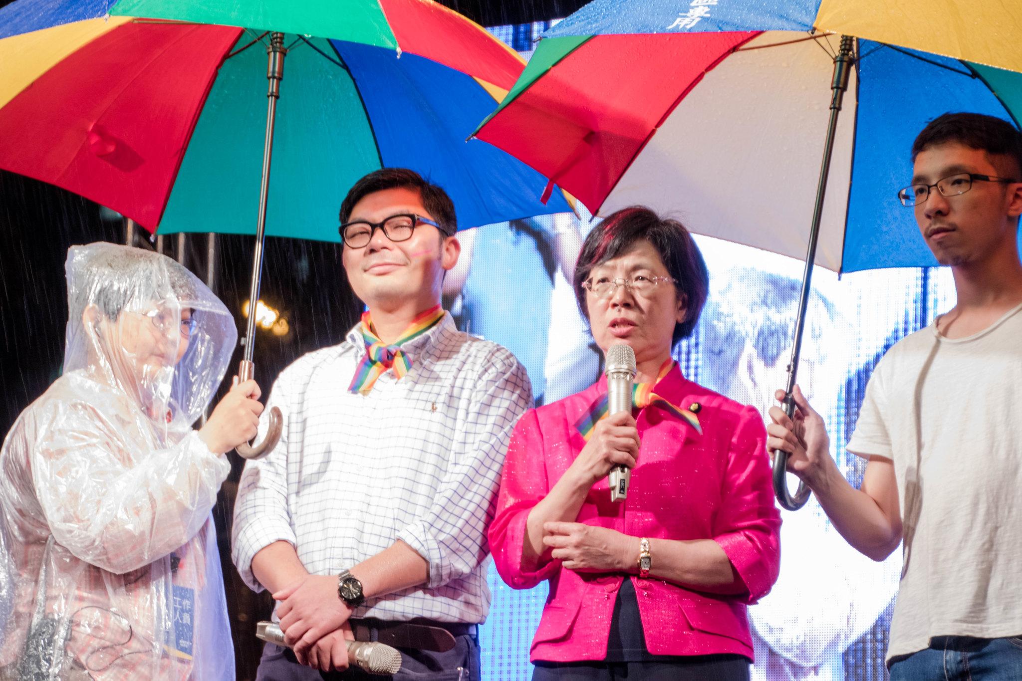 許毓仁與尤美女立委到立院活動現場聲援