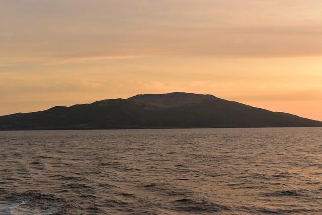 朝日に染まる三宅島