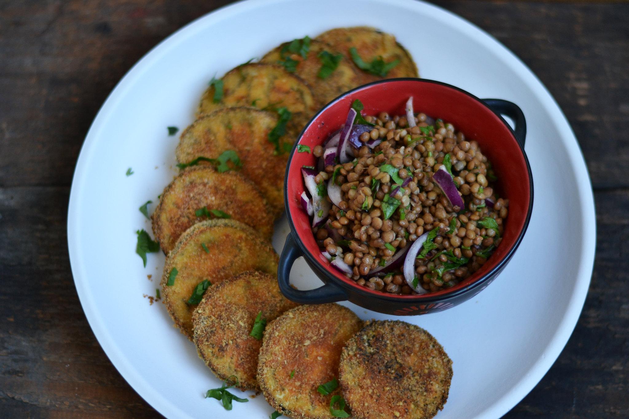 5 idei de mancaruri usoare vinete la cuptor cu salata de linte
