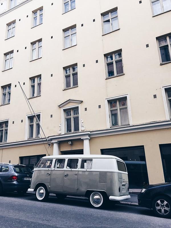 CuteOldCarStreetViewHelsinki, cute old car, vanha söpö auto, helsinki, suomi, ullanlinna, katu, näkymä, view, street view, katunäkymä, kuva, photograph, beige old cute car, hot summer day,