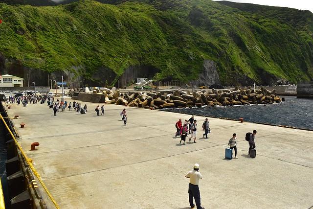 御蔵島から橘丸に乗り込む乗客