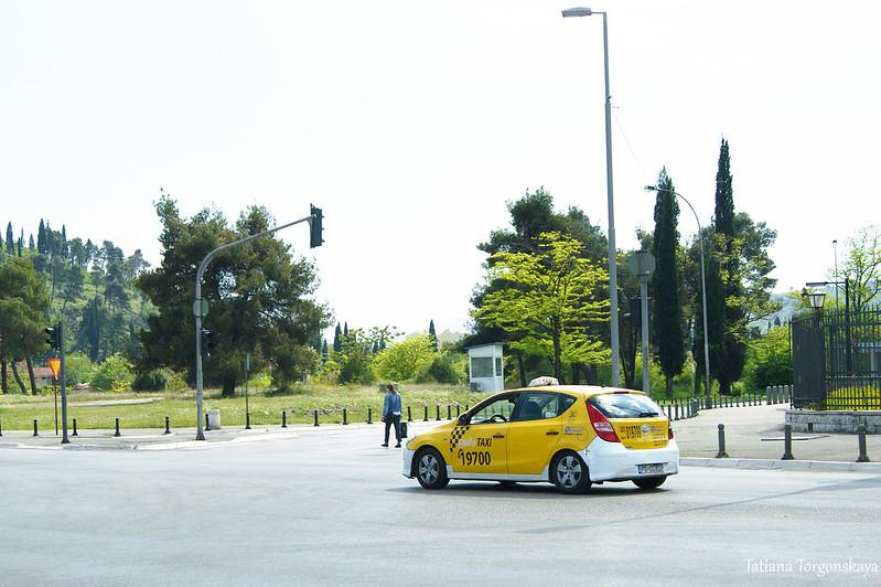 """Такси """"Halo"""" едет по бульвару Революции"""