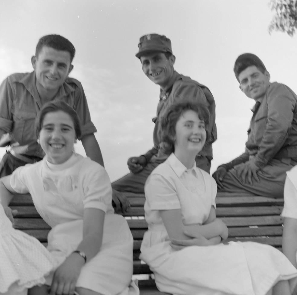 Enfermeras y militares en el Paseo del Miradero hacia 1960. Fotografía de Eugene V. Harris o Clarence Woodrow Sorensen © University of Wisconsin-Milwaukee/The Board of Regents of the University of Wisconsin System