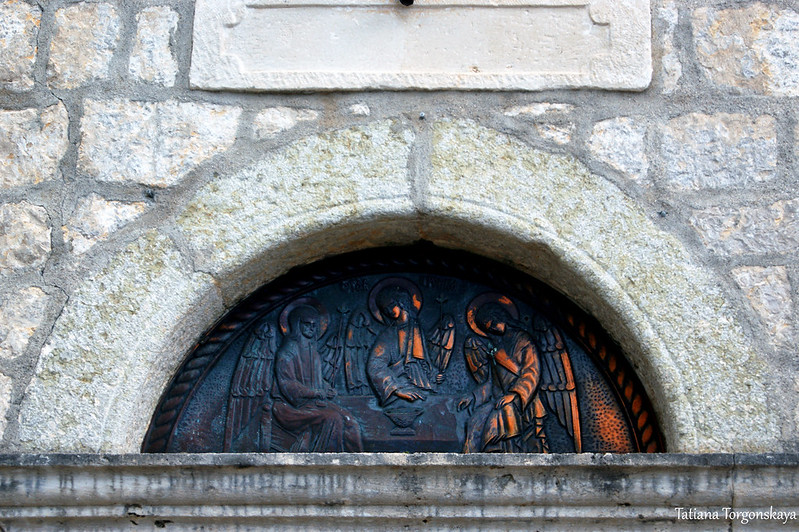 Люнет над дверьми церкви Св. Троицы