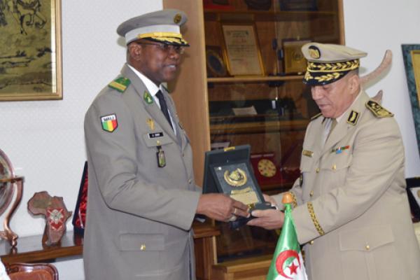 الجزائر : صلاحيات نائب وزير الدفاع الوطني - صفحة 14 34903834215_354b3d703d_o