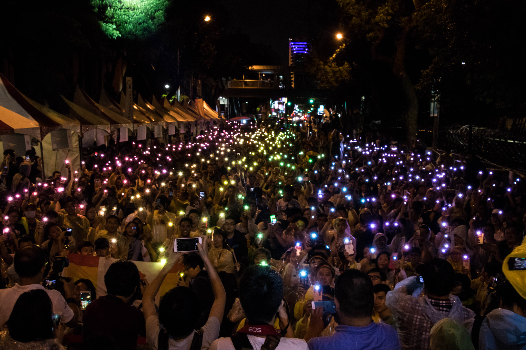 挺同民眾用手機加上彩虹卡點亮台灣