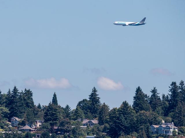 Một chiếc máy bay đi ngang qua vùng đất ông sở hữu.