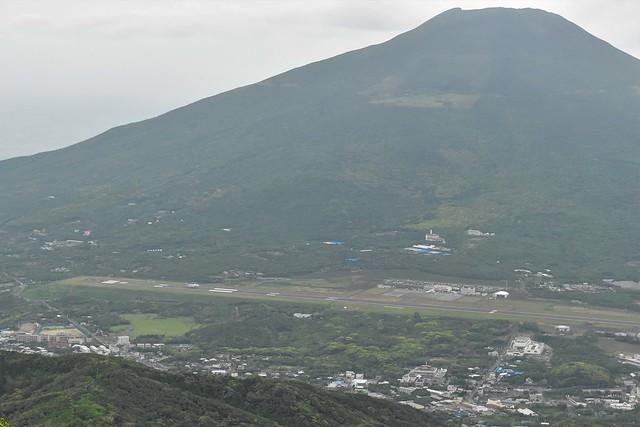 八丈富士と八丈島空港の滑走路