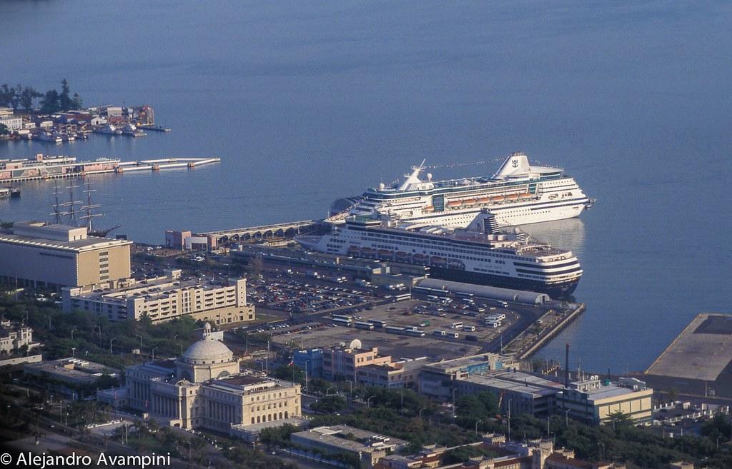 El puerto de San Juan de Puerto Rico, con dos cruceros en sus muelles