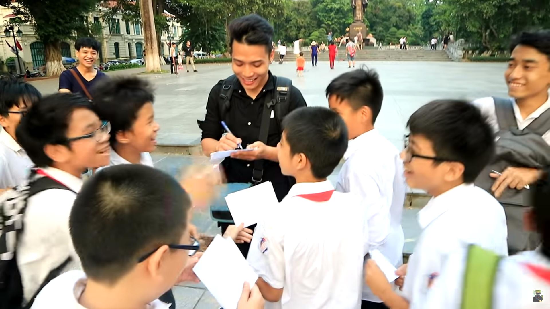 Nguyễn Thành Nam được các bạn trẻ săn đón, xin chữ ký mỗi khi xuất hiện tại những nơi công cộng (Ảnh: NTN Vlogs)
