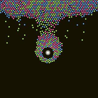 JS_Art_SS_(2017_05_23)_3_Cropped_1 HTML5インタラクティヴ ジェネレーティヴ ディジタル アートのスクリーンショット画像。 黒い背景の上で赤色と緑色と青色の多数の粒子があるものは上辺に堆積し、またあるものは画面中央付近にある白色の光に吸い寄せられている様子である。