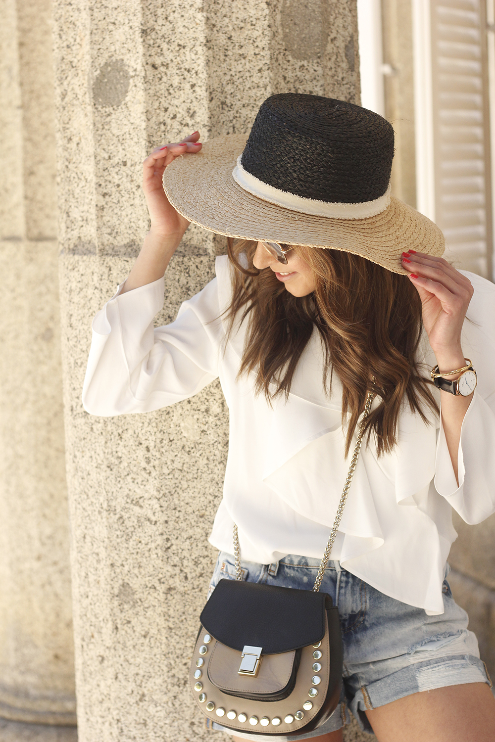 casual outfit weekend getaway out fit sunpers sunglasses denim shorts white shirt uterqüe16