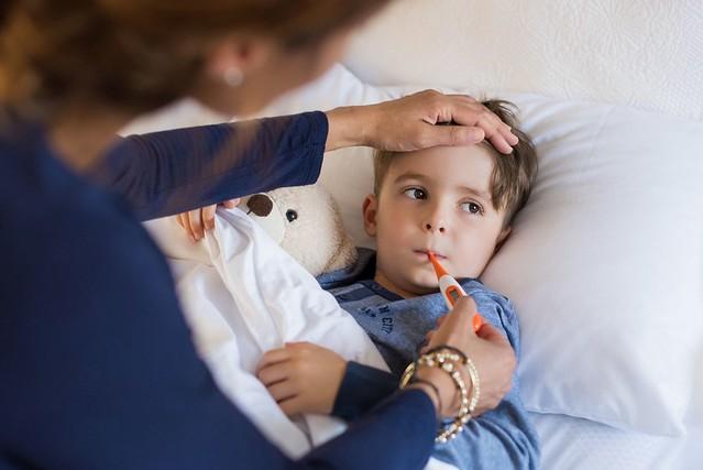 Trẻ bị ho, chảy mũi, sốt cao