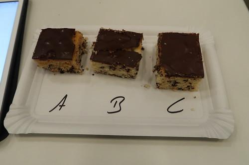 """Vergleichstest Backmischungen für Schokoflocken Kuchen (am Stand """"Einkaufsverhalten im Supermarkt"""" bei der Osnabrücker Campus Nacht)"""