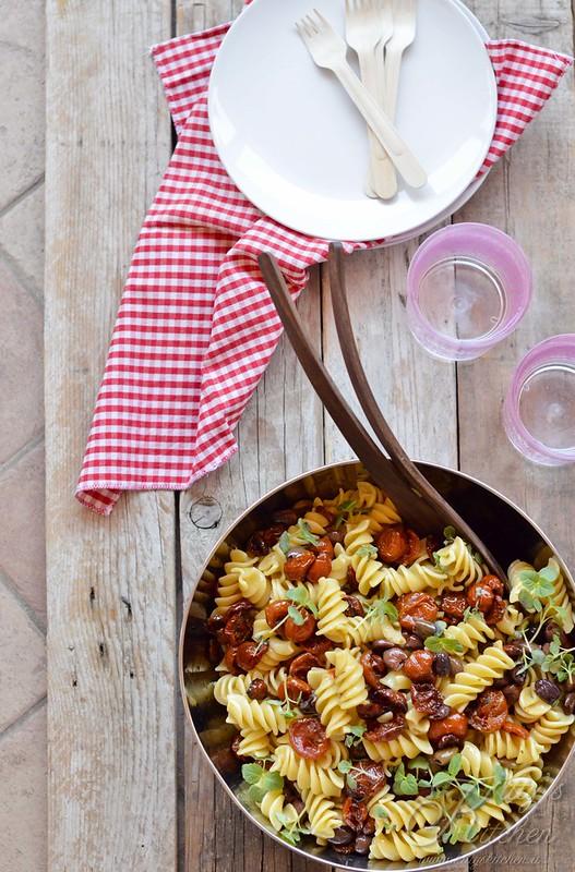 pasta fredda con pomodori confit, capperi,olive e shiso1