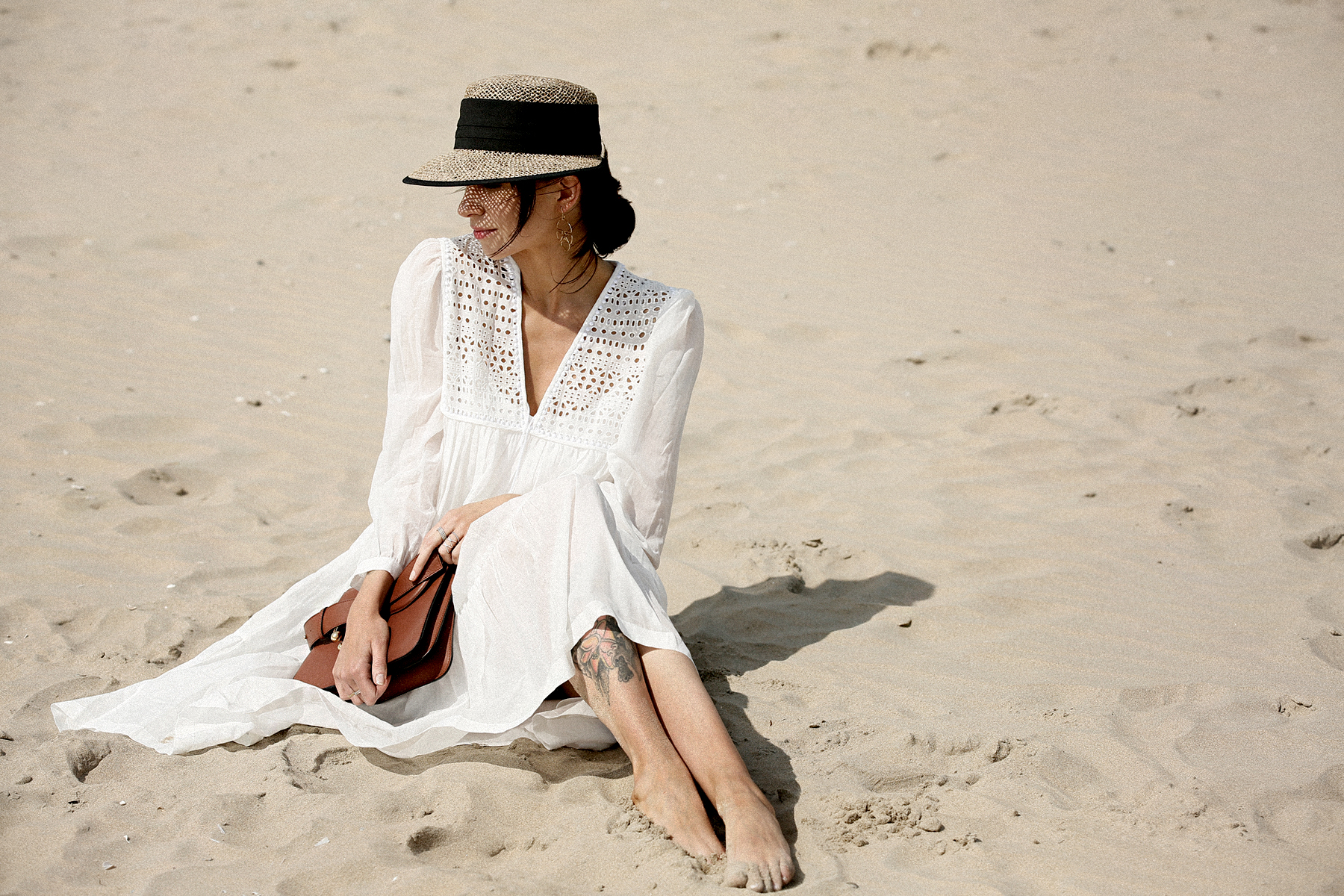 breuninger beach white dress closed j.w.anderson pierce bag straw hat summertime sunshine photography editorial vogue fashionblogger düsseldorf cats&dogs blog ricarda schernus modeblogger 4