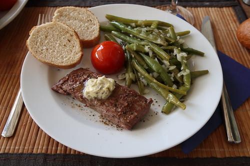 Gegrilltes Flanksteak mit Salbeibutter, Bohnensalat, heißer Tomate und Baguette (1. Teller)