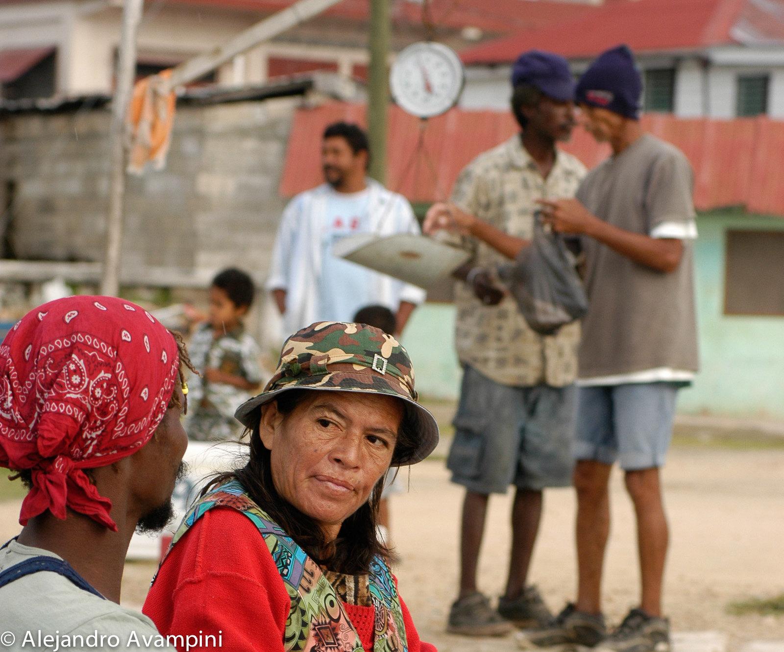 Pescadores comercializando en Corozal - Belice