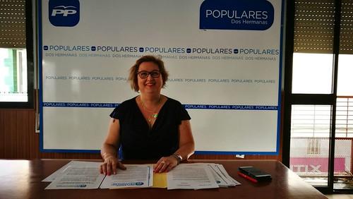 Mª Carmen Espadas, concejal del PP, rueda de prensa climatización centros escolares