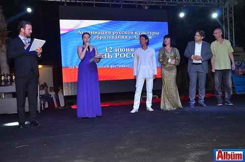 Yasin Kınay, Ekaterina Gündüz ve şarkı yarışmasının jüri üyeleri