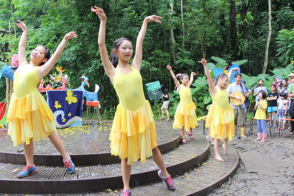 IMG_9454_由當地小學生擔任演出的獻舞_林吉洋拍攝