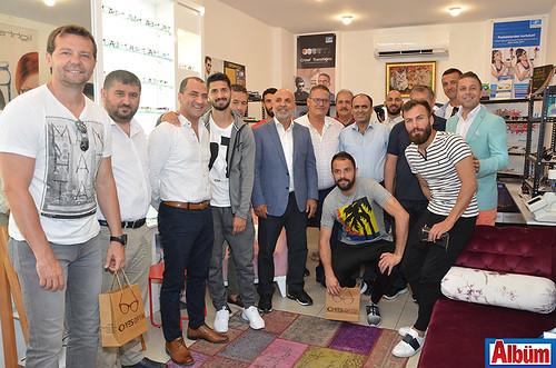 Aytemiz Alanyaspor Yönetimi ve oyuncular işletme sahipleri ile birlikte Albüm'e poz verdi.