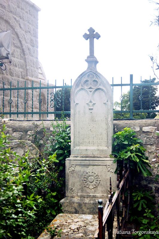 Надгробный памятник на территории монастыря Режевичи