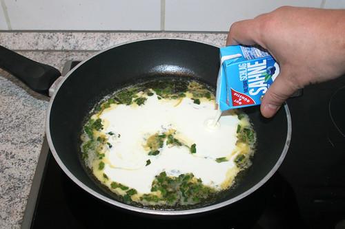 35 - Schlagsahne aufgießen / Add whipping cream