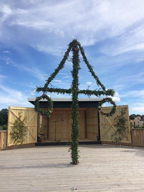 Midsommar 2017 med smörgåstårta och blomsterkrans på kolonin