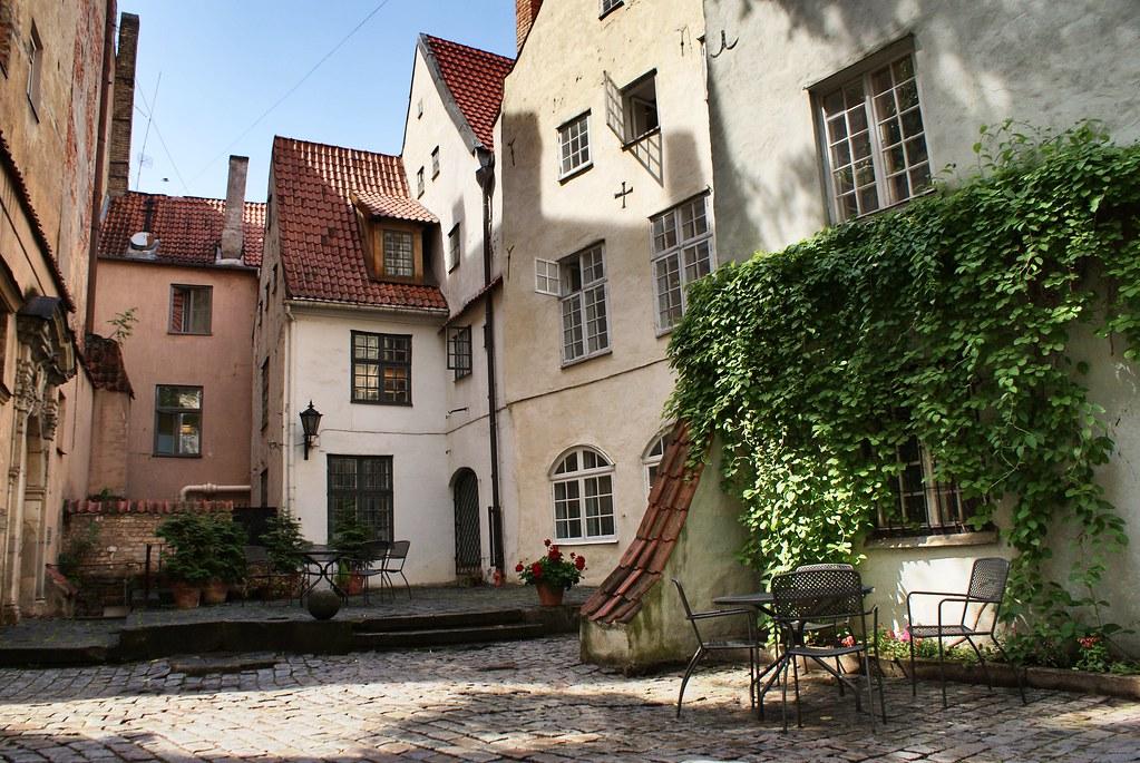 Dans la cour du musée d'architecture de Riga en Lettonie.