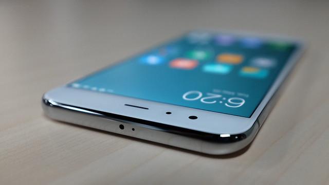 Sisi atas Xiaomi Mi 6