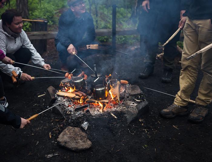 makkaran grillaus nuotiolla avotuli metsässä