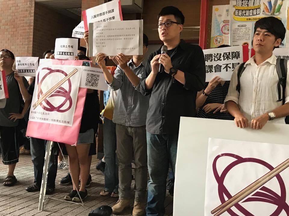 遭不續聘的兼任教師郭耀中認為,校方大量解聘兼任教師,已和世新創辦人成舍我的理念大相逕庭。(攝影:張宗坤)