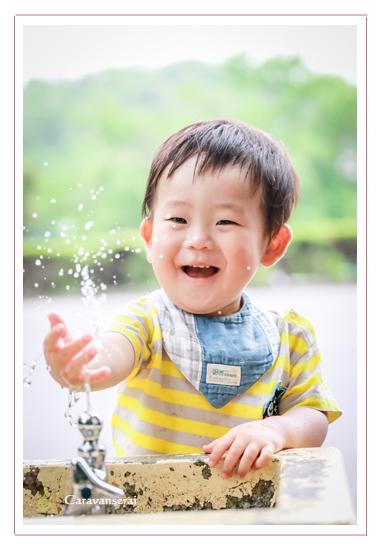 家族写真のロケーション撮影 子供 水遊び 森林公園(愛知県尾張旭市 名古屋市)撮り方 服装カジュアル 屋外 緑と一緒に 人気 オススメ データ納品