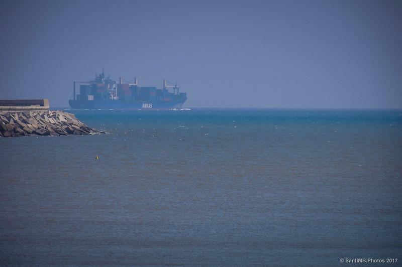 Mercante saliendo del puerto de Barcelona