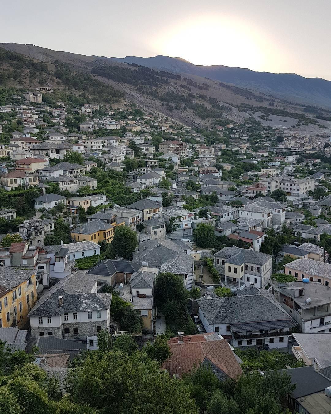 Vista panorâmica do dentro histórico de Girokaster na Albânia