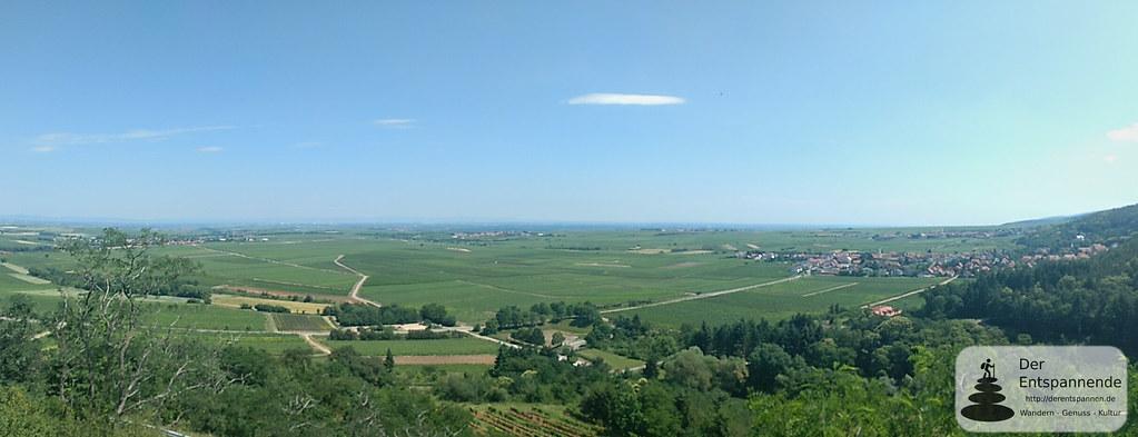 Ausblick von Burg Battenberg auf Battenberg und Rheinebene