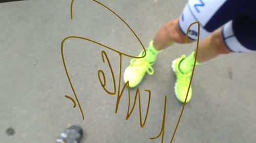 キナンサイクリングチームにサインを貰う