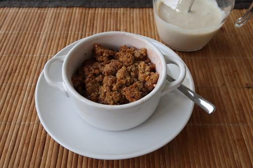Rhabarber Crumble in Mini-Cocotte mit Vanille-Soße (so serviert)