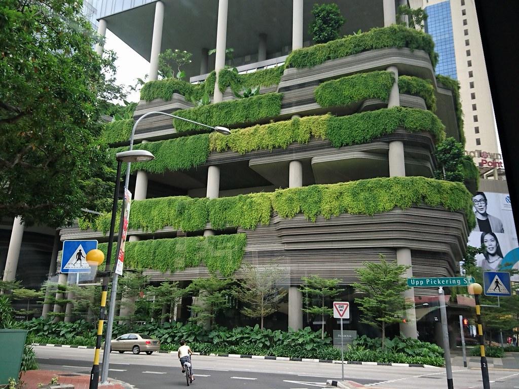 新加坡的綠化政策從道路的植栽延伸到建築的立體連結。攝影:李育琴。