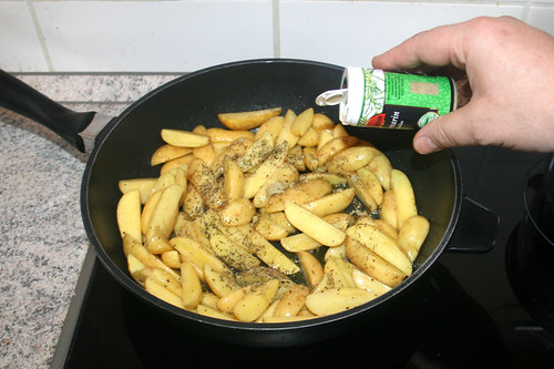 29 - Kartoffelspalten mit Thymian & Rosmarin würzen / Season with thyme & rosemary